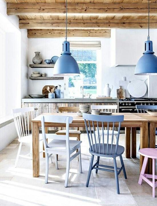 Цветные стулья в интерьере столовой 11