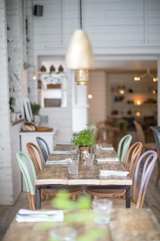 Цветные стулья в интерьере столовой 12