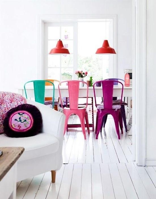 Цветные стулья в интерьере столовой 13