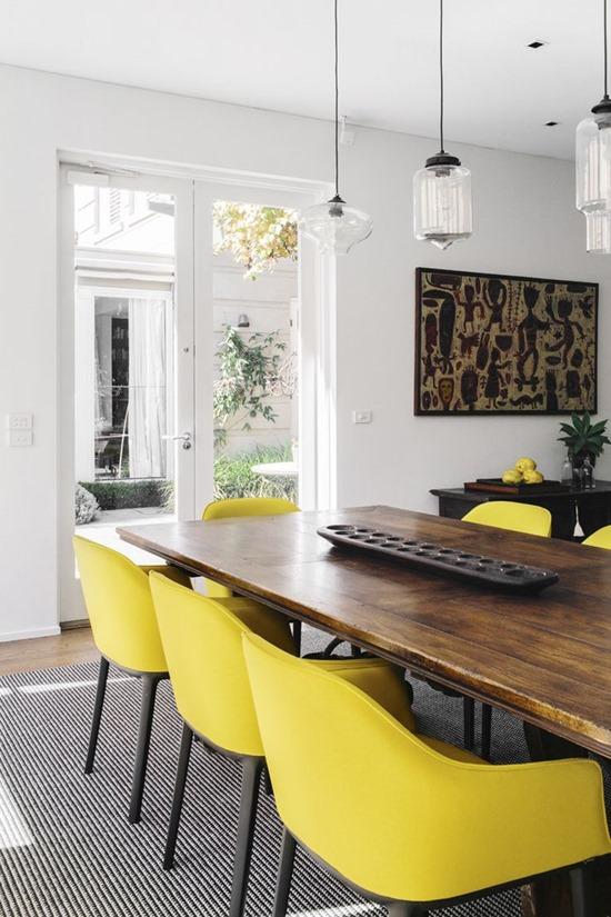 Цветные стулья в интерьере столовой 1