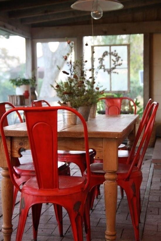 Цветные стулья в интерьере столовой 5