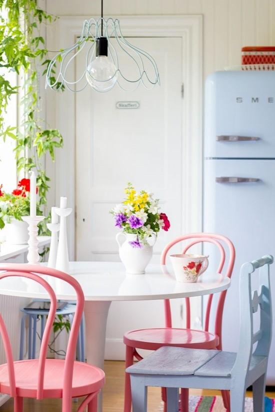 Цветные стулья в интерьере столовой 8