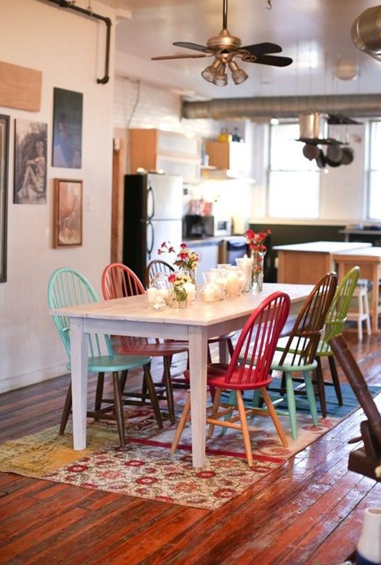 Цветные стулья в интерьере столовой 9