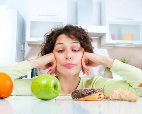 Правильное питание – это целая система. Сложно найти двух человек, которые питаются одинаково. Привычки есть у всех, но бывают такие привычки, из-за которых даже при здоровом питании и тренировках вес не уходит. С ними нужно бороться в первую очередь. Привычка №1. Спешить Замечали, что некоторые люди всегда съедают порцию первыми. Если Вы относитесь к таким, стоит задуматься. Даже если Вы будете есть только диетические продукты, но при этом не будете сбавлять скорость, то, прежде чем организм поймет, что насытился, съедите много лишнего. Что делать? Выход прост. Его давно придумали последователи движения slow food, которые утверждают, что каждым кусочком нужно насладиться, прочувствовать вкус. Но для этого нужна определенная обстановка. Поэтому садясь за стол, отложите телефон, книгу, выключите телевизор и расслабьтесь. Привычка №2. Нет чувства меры Бывает так, что человек, уже насытившись, не может выти из-за стола, пока не съест еще один малюсенький кусочек, а затем еще. Даже если Ваш обед состоит не из печенья, а из куриной грудки с овощами меру знать нужно. Тяжесть в животе не сделает Вас легче. Что делать? Для начала, научитесь правильно жевать. Если Вы будете делать это медленно, быстрее насытитесь и съедите меньше. Каждый кусочек стоит пережевать 15 – 30 раз. Также постарайтесь, чтобы меню было сбалансированным, содержало белок и клетчатку, так проще насытиться. Привычка №. Углеводы атакуют! Быстрые углеводы – главные враги худеющих. Они коварные: стоит съесть немного тортика, как хочется еще сладкого, а спустя полчаса разыгрывается волчий аппетит. Именно такие углеводы оседают на животе, бедрах и прочих частях тела. Что делать? Выбирайте медленные углеводы. Они оптимальны для завтрака, перекуса в первой половине дня. Это цельнозерновые хлебцы, нешлифованный рис, макароны из твердых сортов пшеницы. Они подарят чувство сытости надолго. Все равно хочется тортика? Съешьте морковку или другой сладкий овощ. Больше пейте. Часто сладкого хочется тогда, когда в орган